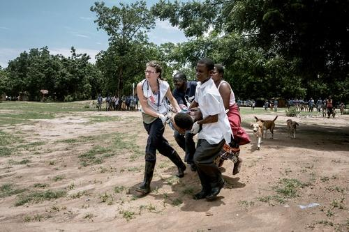 Malawi: An MSF nursing team rush a patient to a helicopter for an urgent transfer