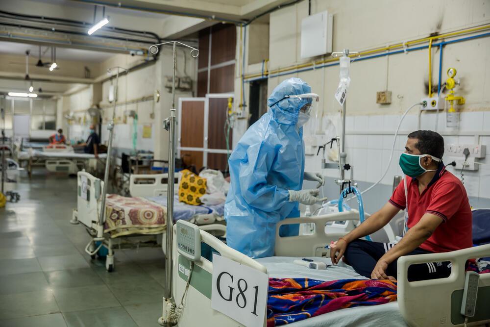 Doctor iilaya talking to patient pramod in the HFNC ward