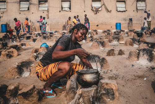 A young woman cooks in Abagana camp – Benue, Nigeria, 25 June 2020