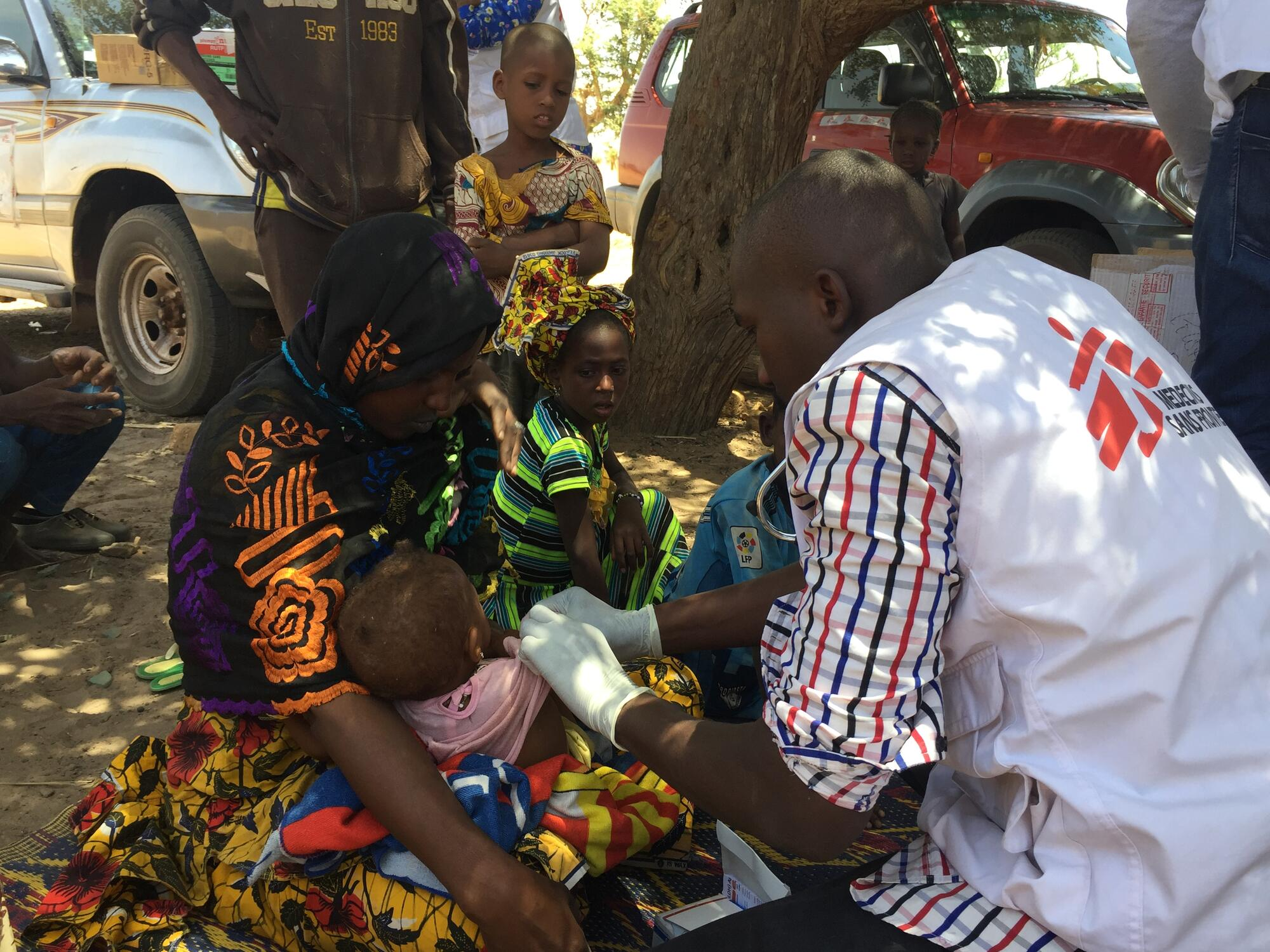 An MSF staff member treats a child in Ogossagou, Mali
