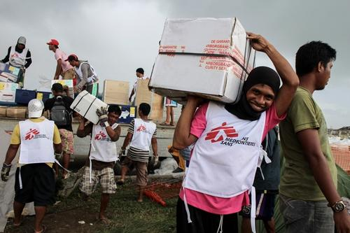 MSF logisticians and daily workers unload a truck with humanitarian supplies in the aftermath of Typhoon Haiyan