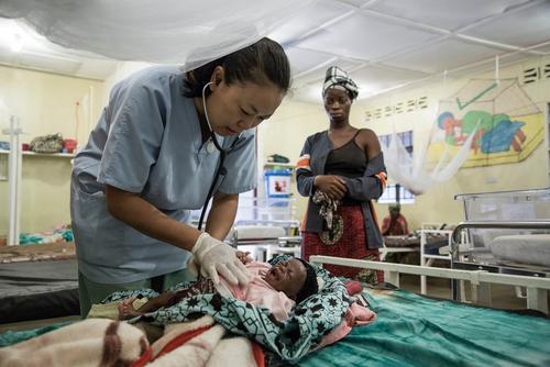 Dr. Zhou Wei, MSF paediatrician, examines her patient