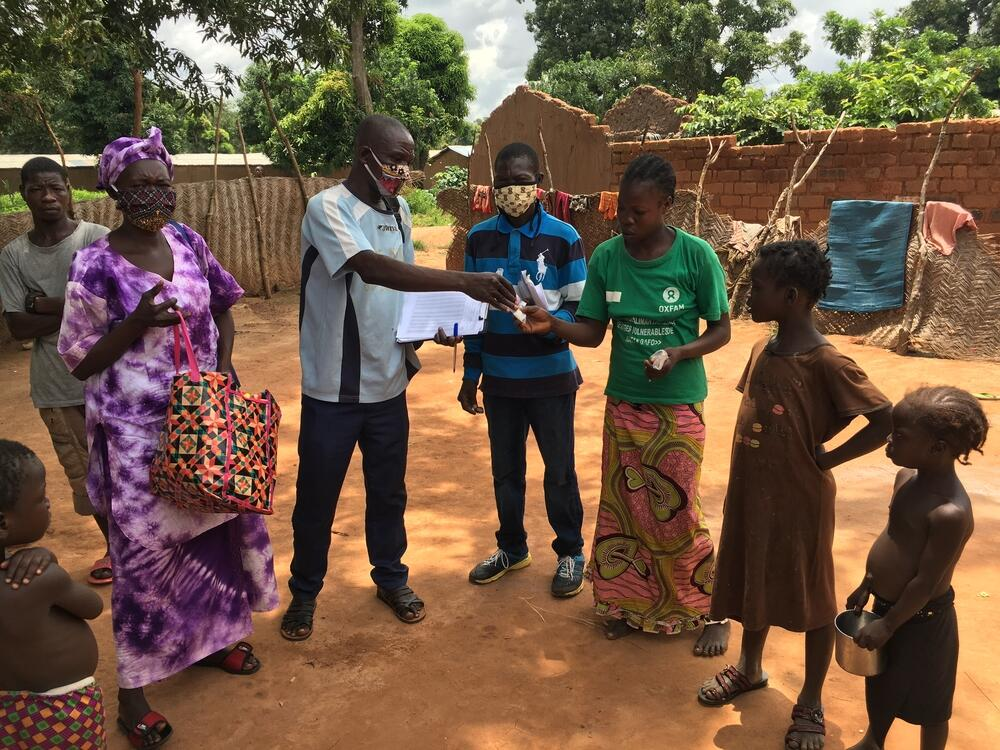 An MSF team is handing out preventative treatment for malaria to the residents of Bataganfo, Central African Republic.