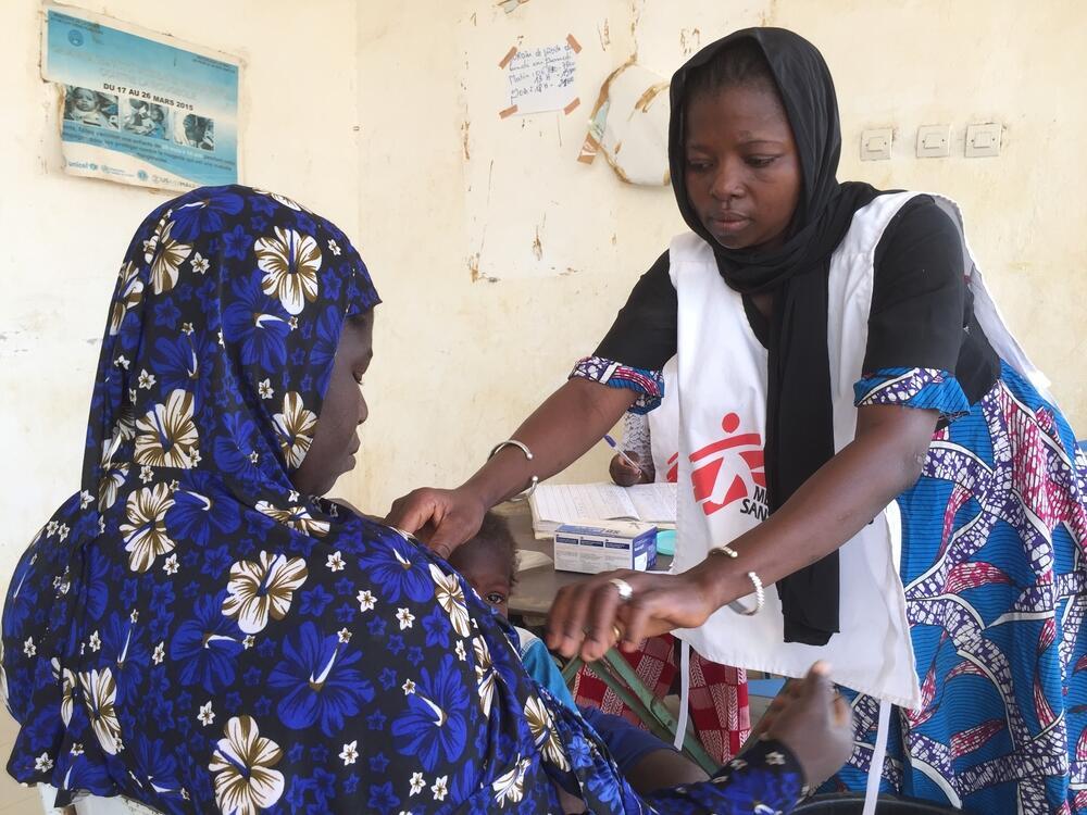 An MSF staff member treats a patient in Mondoro, Mali