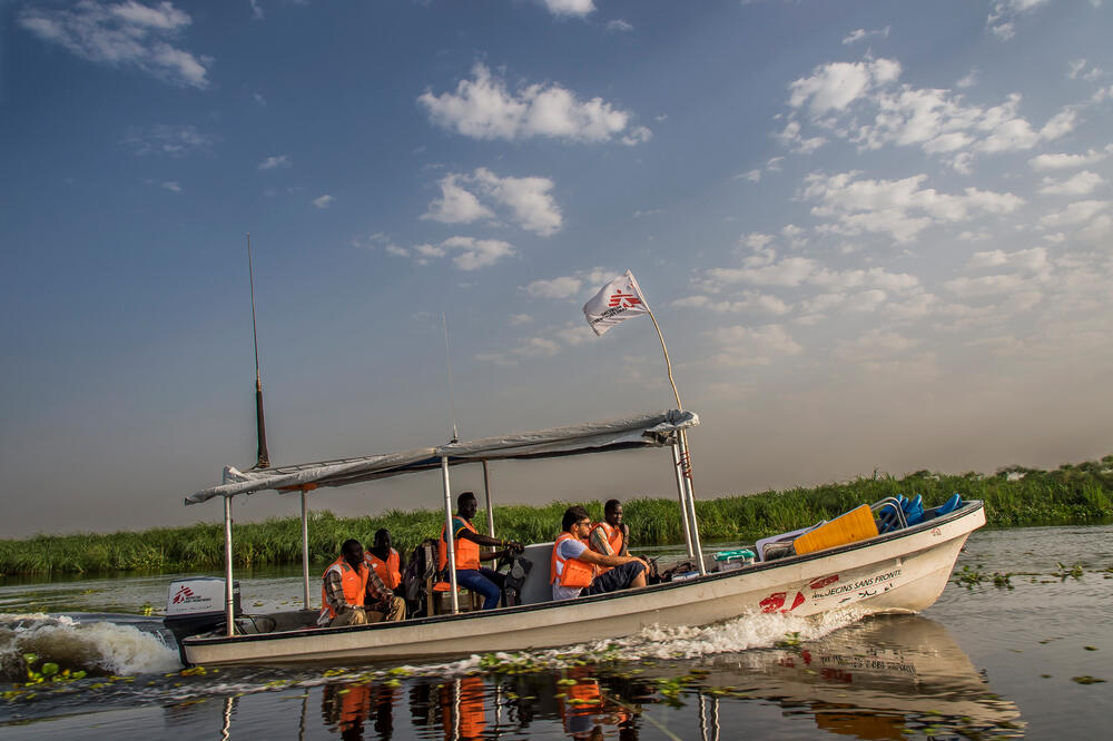 An MSF mobile clinic team travels down the Phow River, a tributary of the White Nile, in South Sudan.