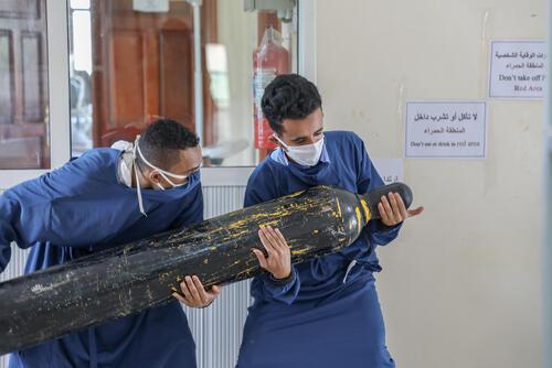 Carrying cylinders – Al-Sahul, Yemen, 7 July 2020