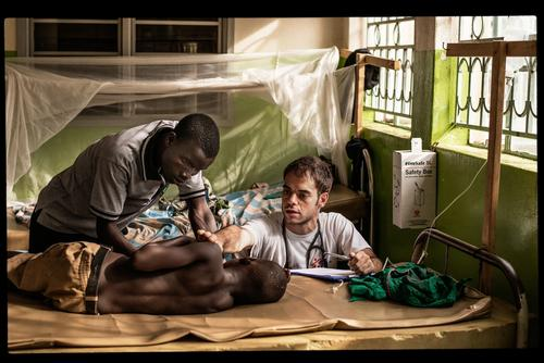 An MSF doctor treats a patient in Dzaipi Hospital, Uganda