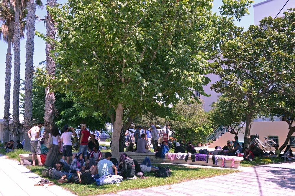 Lidé vyhnaní z veřejných prostranství čekají v nevyhovujících podmínkách na stadionu na Kosu.