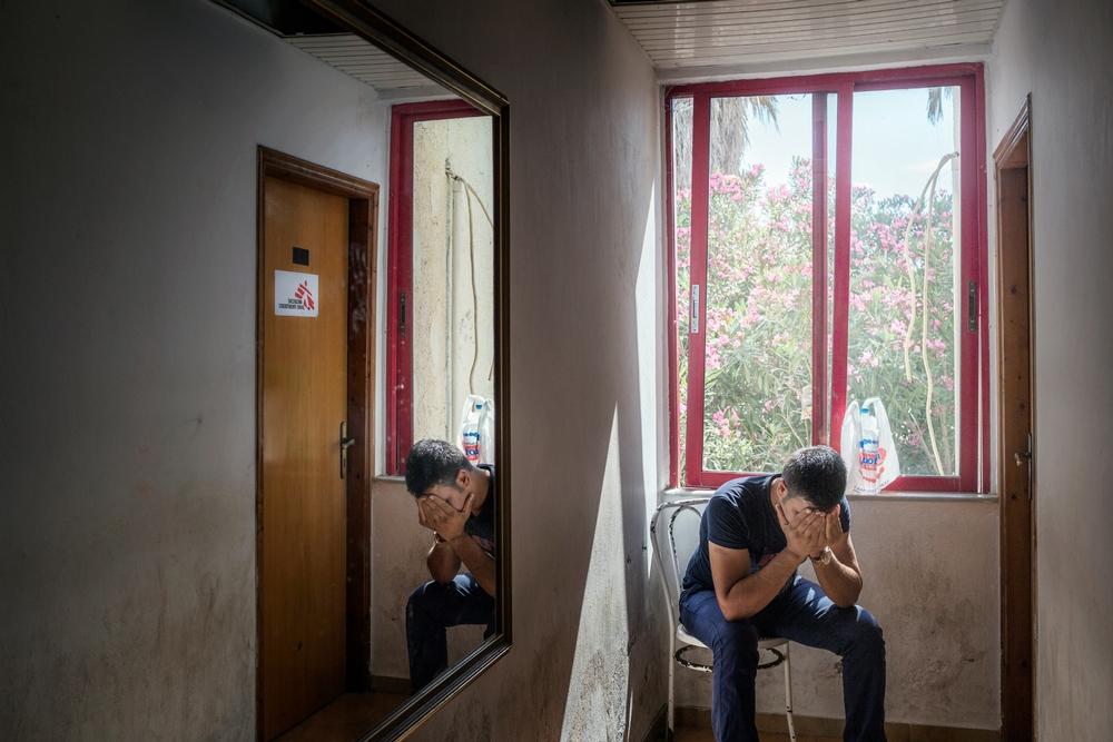 Syrský uprchlík čeká před klinikou Lékařů bez hranic v hotelu Captain Elias.