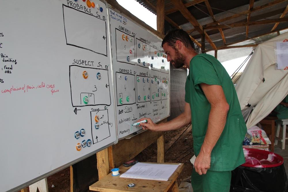 Tabule se jmény pacientů ebolového centra v Kailahunu. © P. K. Lee/MSF