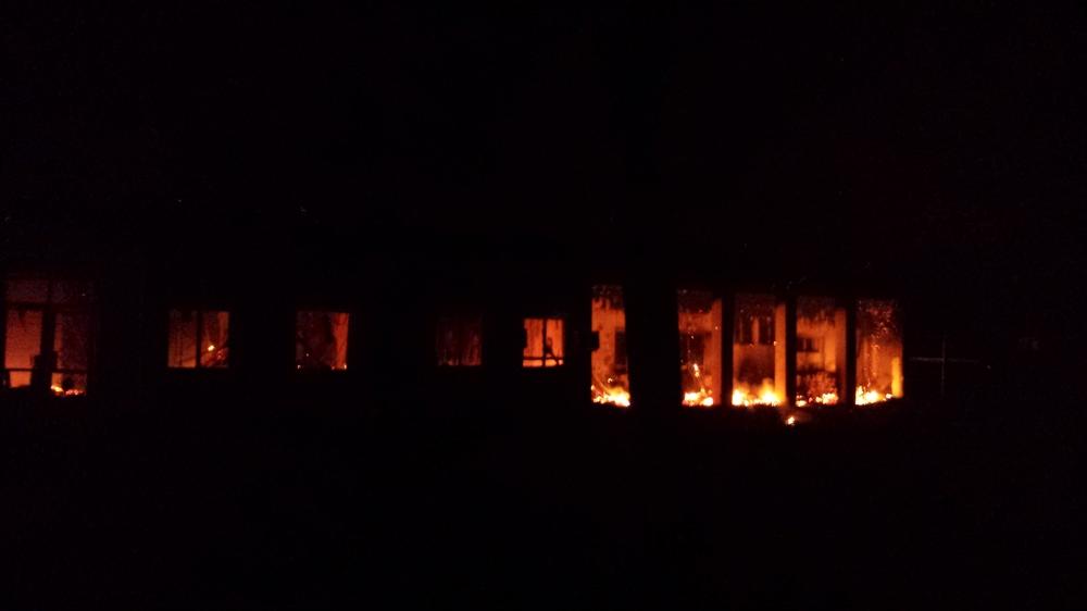 Hořící budovy zasažené bombardováním 3. října ve 2:10 ráno.