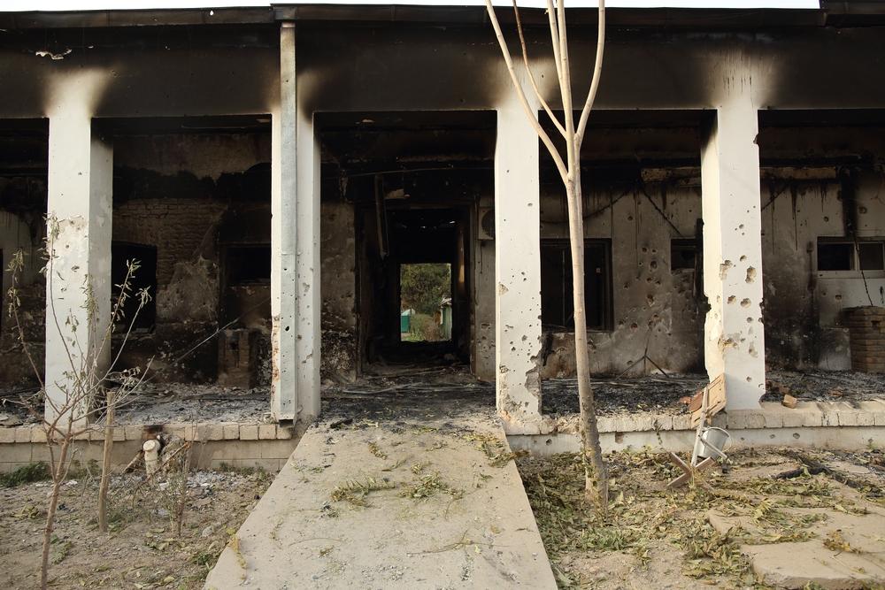 Opuštěný vstup na pohotovost v Kundúzu - ohořelý a poznamenaný střepinami z výbuchu.