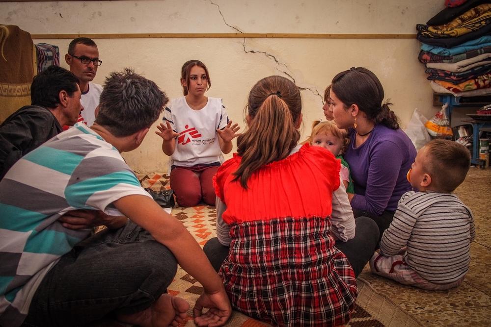 Spoulpracovníci Lékařů bez hranic poskytují konzultace  vysídlenými obyvatelům v Sharii.