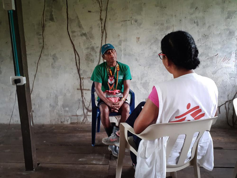 Un homme est interviewé par un membre du personnel MSF