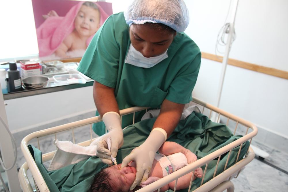 Novorozenec těsně po císařském řezu v ženské nemocnici Lékařů bez hranic v Péšávaru.