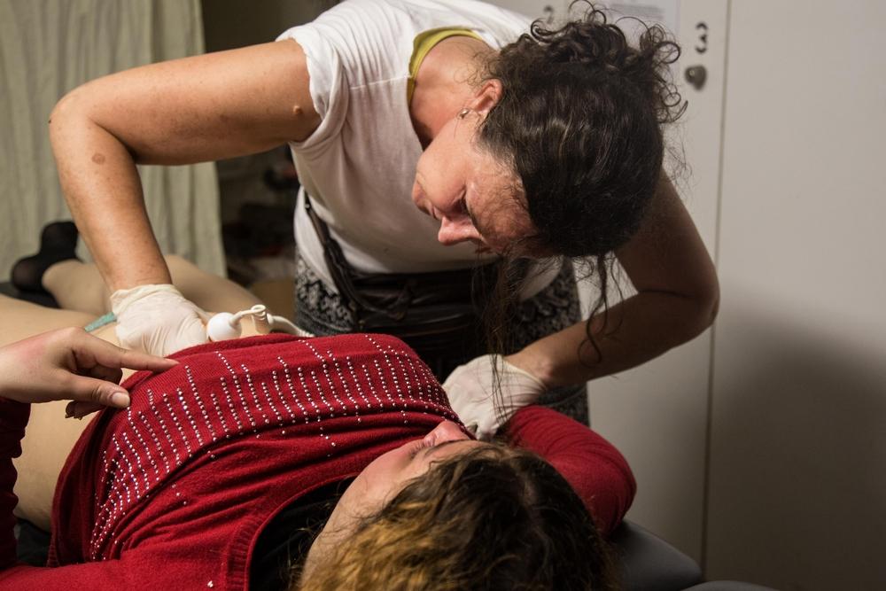 Porodní asistentka Lékařů bez hranic zjišťuje, zda je dítě Aleah naživu.