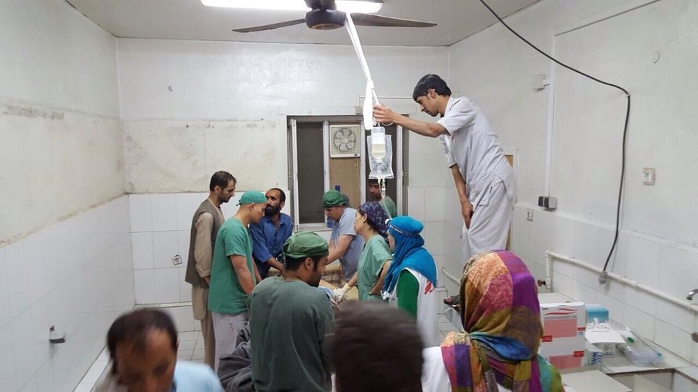 V nezasažené části nemocnice nadále pracuje chirurgický tým.