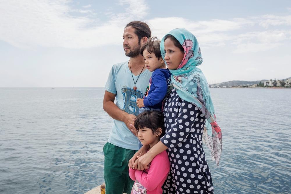 """Afghánští uprchlíci čekají na molu ostrova Kos na nezbytné dokumenty. Rodina musela z nařízení úřadů zůstat 7 dní v opuštěném hotelu Captain Elias. Rozhodli se odejít: """"Pro děti to tam bylo příliš nebezpečné, to místo je prolezlé hmyzem."""""""