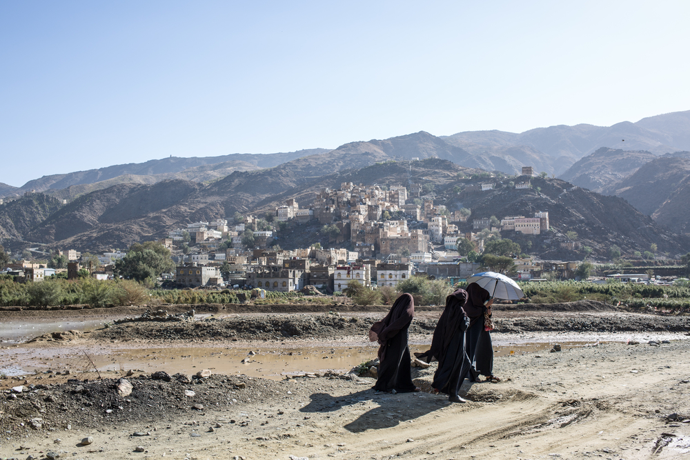 A group of women walk to a hospital in northern Yemen. © Agnes Varraine-Leca / MSF