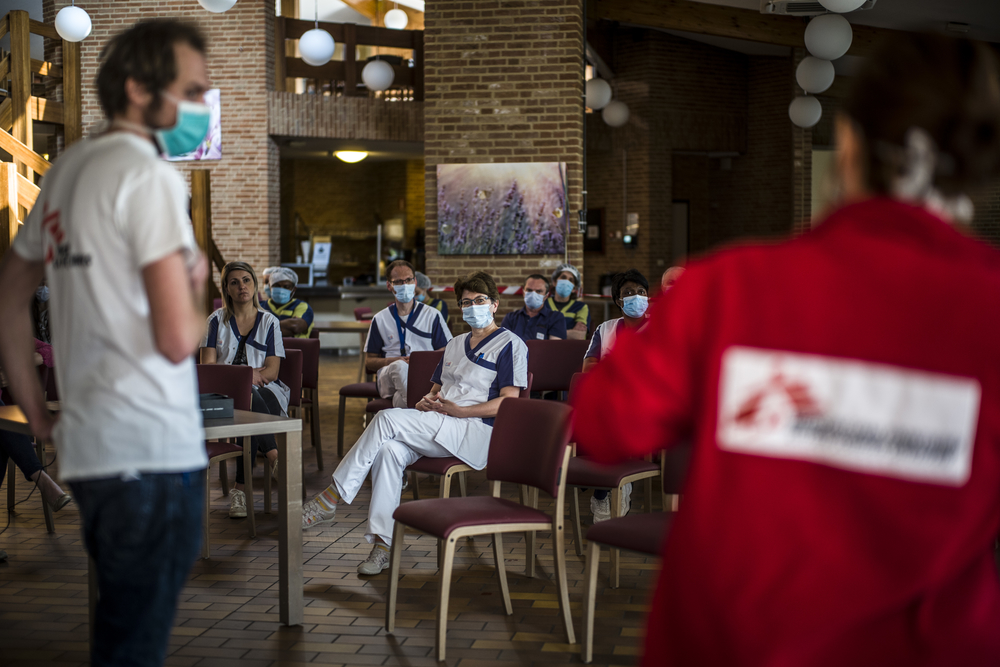 An MSF mobile team briefs staff at a care home in Brussels, Belgium, during the COVID-19 pandemic