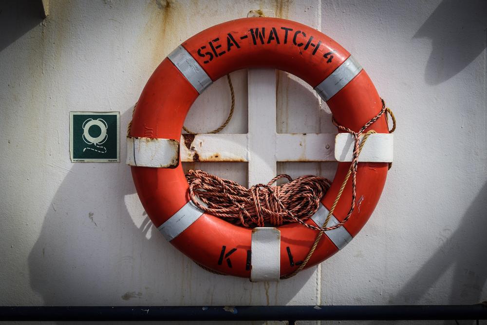 Bouée du Sea-Watch 4 fixée à un navire