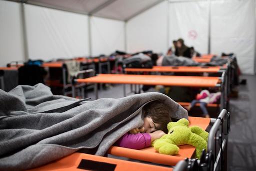 فتاة أفغانية تنام في مركز إحالة متامدوس، حيث تقدم أطباء بلا حدود المساعدة على جزيرة ليسبوس اليونانية