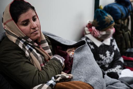 يسرى يزيدي من العراق تحتضن طفلتها زينة في منياء ميتلين في ليسبوس