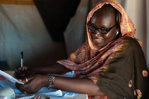 An MSF nurse writes notes in Mauritania