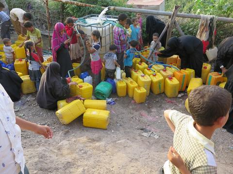 Rush to water - Yemen