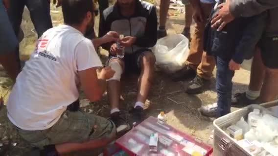 VINE: Chaotic scenes at Greece/FYROM border: MSF receives 10 people injured by stun grenades