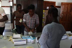 Monrovia, distribution of anti-malaria treatment
